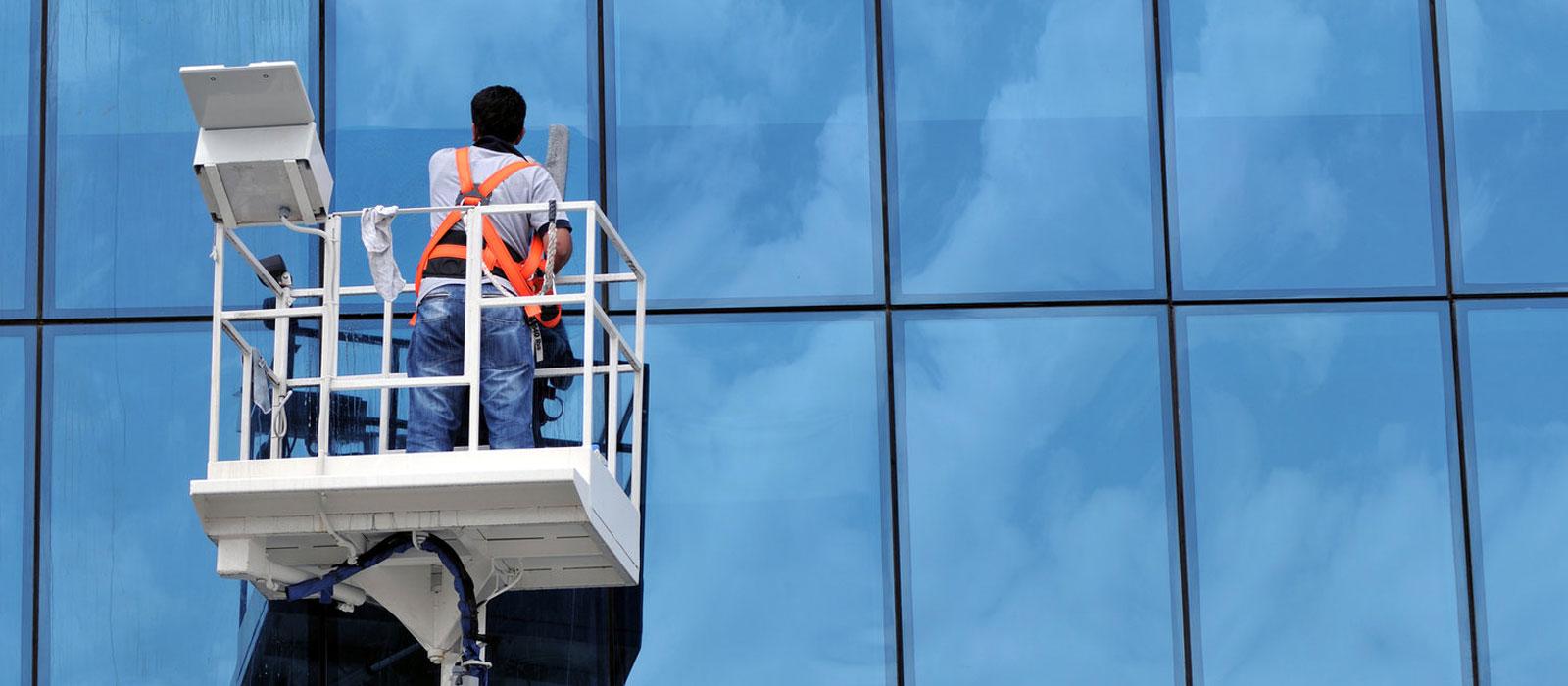 Dış cephe cam temizliği yapılmadan önce oluşan toz, kir ve lekeler içeri ve dışarı arasındaki net farkı ortaya koymaktadır.