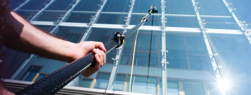 Teleskoplar cam temizleme başlığına uç takılabilecek şekilde üretilir. Dış cephe cam temizliği yöntemi.